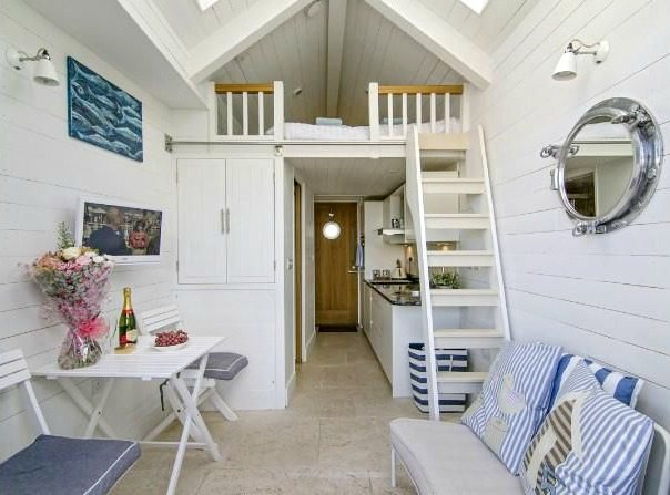 Some like it hut beach hut rentals in england beach for Beach hut interior ideas